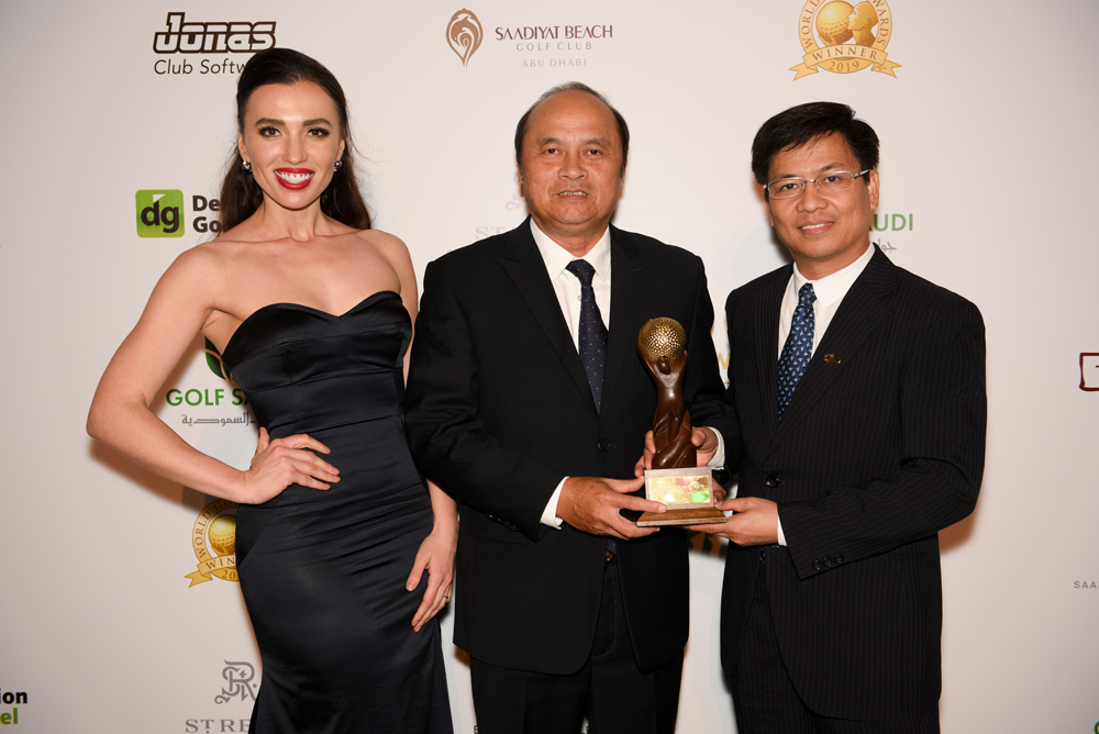Mr. Dinh Ngoc Duc - Director Manager of Tourism Marketing Department represented Vietnam to receive the award at World Golf Award 2019.
